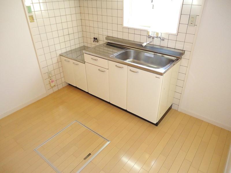 キッチンには窓、床下収納がついております!