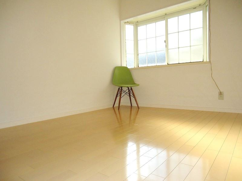 洋室(6帖)です。窓が2面ありますので明るいですよ♪