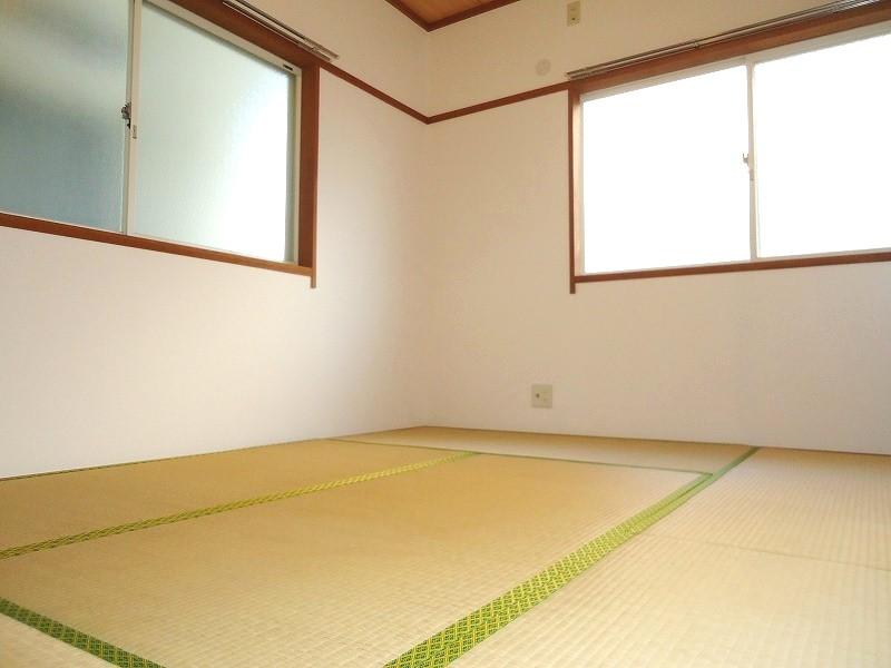 和室(6帖)です。こちらも2面光彩♪畳は入居時張り替えますよ♪